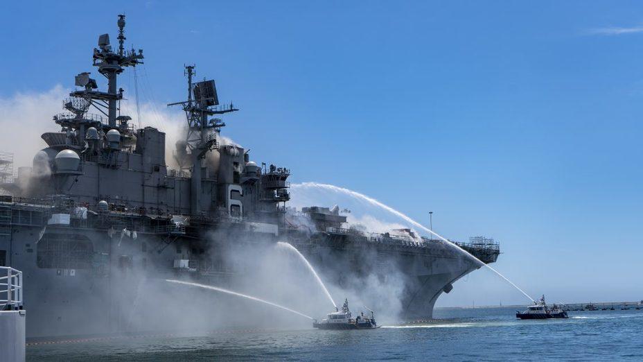 Тушение пожара на USS Bonhomme Richard usni.org - Всё-таки сгорел: американцы списывают «авианосец» Bonhomme Richard | Warspot.ru