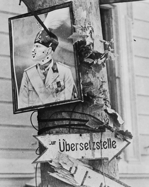 Расстрелянный и прибитый штыком портрет Муссолини, район Мессины - Тяжёлая троица у берегов Сицилии и Калабрии | Warspot.ru