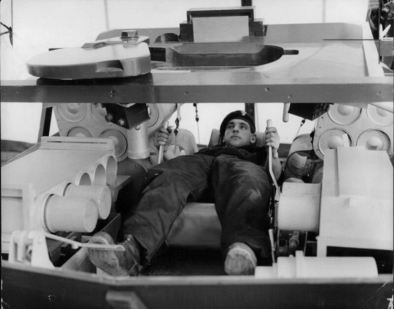 Полулежачее положение механика-водителя танка «Чифтен». Тренажёр для механиков-водителей. Источник: группа Chieftain Tank Appreciation Society в Facebook - Служба с комфортом | Warspot.ru