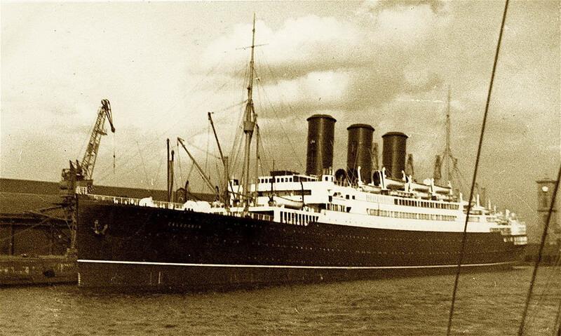 Лайнер «Каледония», ставший во время войны вспомогательным крейсером «Скотстаун». Любопытно, что Кречмер указал его вместо «Форфара» после того, как 3 декабря в сводке ОКВ была озвучена его гибель. При этом Кречмер отметил в ЖБД сомнение, что потопил «Каледонию»: «У этого пассажирского лайнера на эскизах 3 дымовые трубы, однако 2 декабря было только 2 (…)». Истина в этом вопросе выяснилась гораздо позже. reddit.com - Отто Кречмер — истребитель лайнеров | Warspot.ru