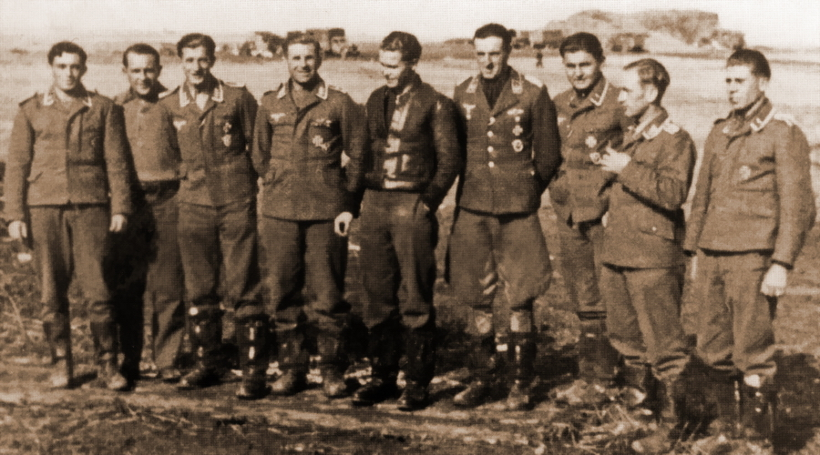 Лётчики эскадрильи 9./JG 52, в том числе участники боёв 14 октября 1941 года. Крайний слева Генрих Фюлльграбе, далее Альфред Эмбергер, четвёртый слева Йоганн Кляйн, шестой Герман Граф. В центре командир подразделения гауптман Франц Хорниг (Franz Hornig). Сентябрь 1941 года - Самый тяжёлый бой Германа Графа | Warspot.ru