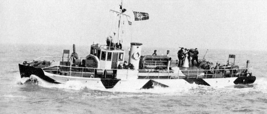 Катер-тральщик RA52 на Черном море. Захваченные в Голландии и достроенные немцами катера типа RA оказались очень удачными. Они выполнили основную часть работы по проводке анапских конвоев. Тральные группы добились редко случающегося 100-процентного результата – ни один конвой не понёс потерь на минах - «Действия авиации на коммуникациях противника… были неэффективны» | Warspot.ru