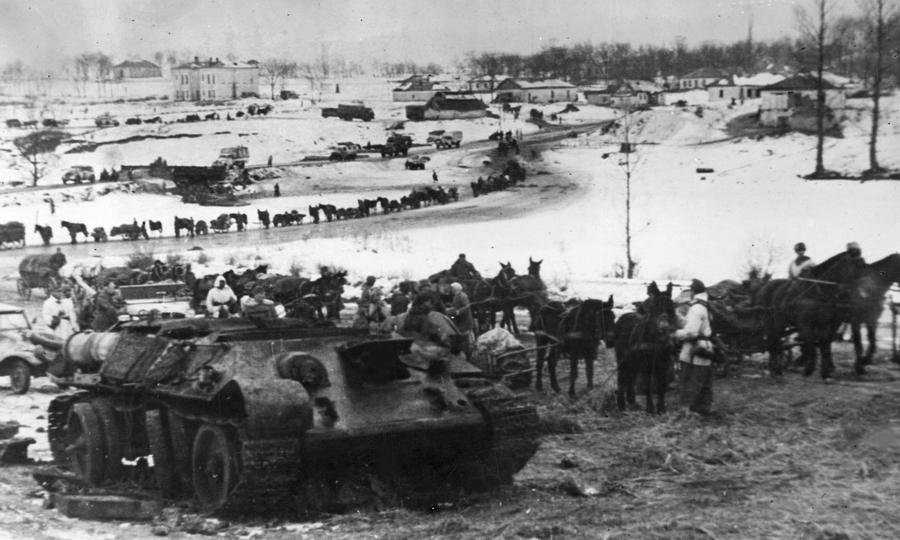 Немецкие войска проходят мимо уничтоженного советского танка Т-34, январь 1944 года - «Горячий снег» под Цибулевом | Warspot.ru