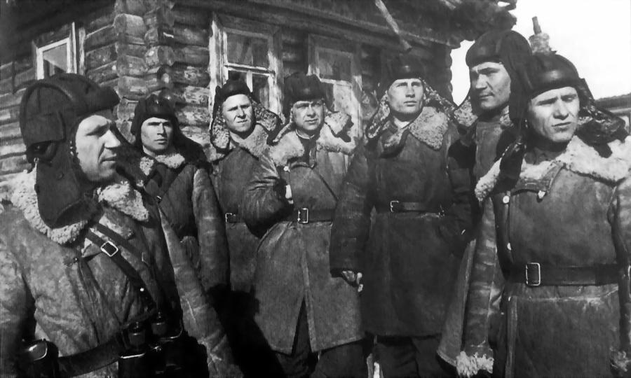 Группа танкистов 1-й гвардейской танковой бригады у деревенского дома на Западном фронте. Крайний слева — капитан Александр Федорович Бурда, январь 1942 года - «Горячий снег» под Цибулевом | Warspot.ru