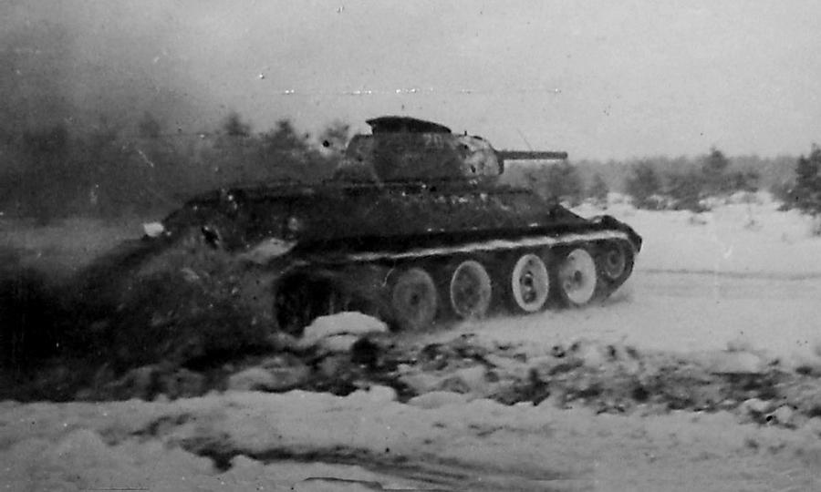 Танк Т-34 64-й гвардейской танковой бригады в атаке - «Горячий снег» под Цибулевом | Warspot.ru