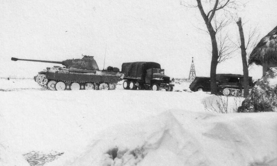 Немецкий танк Pz.Kpfw.V «Пантера», автомобили и полугусеничный тягач у хаты в Черкасской области - «Горячий снег» под Цибулевом | Warspot.ru