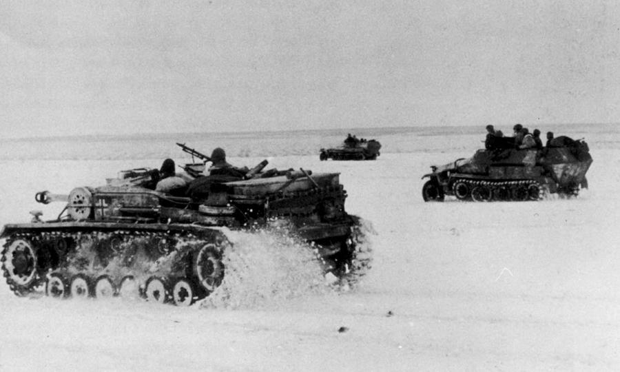 Немецкая бронетехника двигается по заснеженному полю - «Горячий снег» под Цибулевом | Warspot.ru