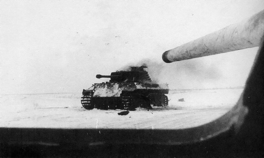 «Пантера», подбитая огнём СУ-85 под командованием лейтенанта Кравцова. Украина, 1944 год. Фотография сделана из люка механика-водителя - «Горячий снег» под Цибулевом | Warspot.ru