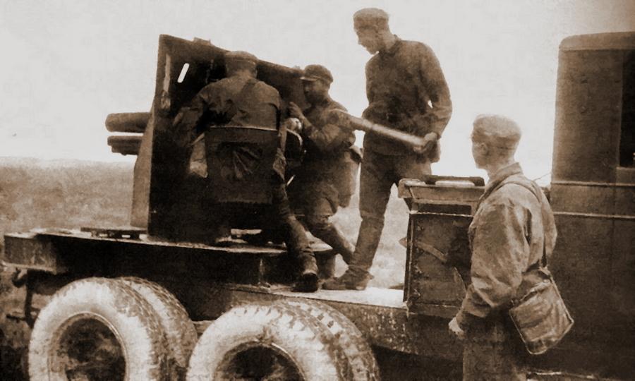 Самоходная артиллерийская установка СУ-12 на шасси грузовика «Морленд» TX-6. Хорошо видно отличие от «Проекта 423» в конструкции и высоте рубки («Фронтовая иллюстрация» №4/2002) - «Полковушка», идущая вслед за танками | Warspot.ru