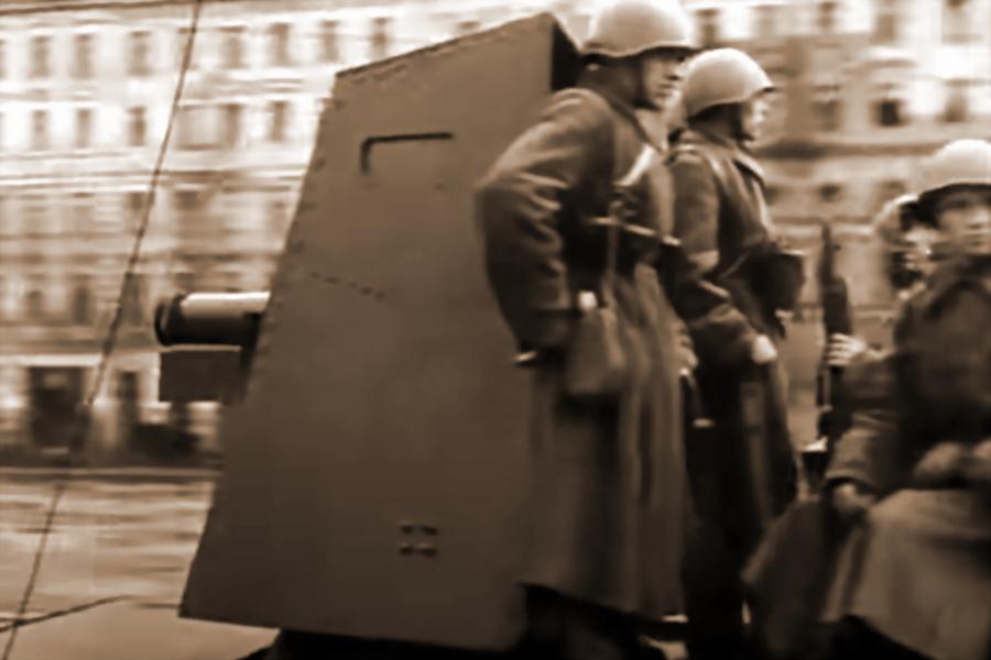 Самоходная установка «Проект 423» на улицах Ленинграда. Видны щитовое прикрытие и пушка (РГАКФД) - «Полковушка», идущая вслед за танками | Warspot.ru