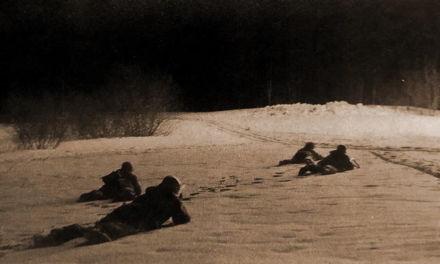 Немецкие разведчики пережидают вспышку советской осветительной ракеты - Наступление в «медвежьем углу» | Warspot.ru