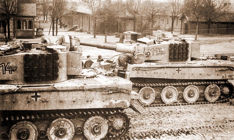Танкисты 1-й роты 501-го тяжёлого танкового батальона у полученных новых «Тигров» - Наступление в «медвежьем углу» | Warspot.ru
