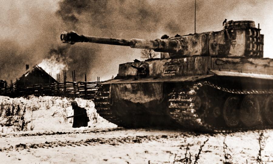 «Тигр» прикрывает пехоту, занимающую горящую деревню - Наступление в «медвежьем углу» | Warspot.ru