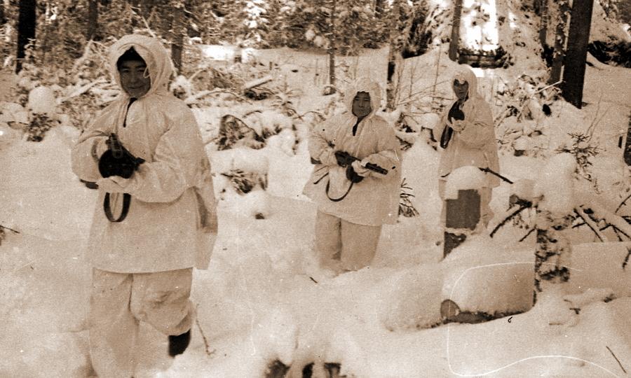 Советские разведчики выходят на боевое задание - Наступление в «медвежьем углу» | Warspot.ru