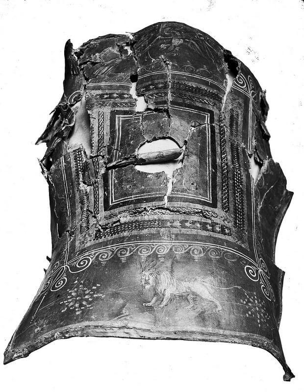 Прямоугольный римский щит до начала реставрации. Одна из последующих фотографий показывает, что щит был обнаружен в гораздо более печальном состоянии, чем ранее было принято считать. legio-x.ru - Лики богов и эмблемы легионов | Warspot.ru