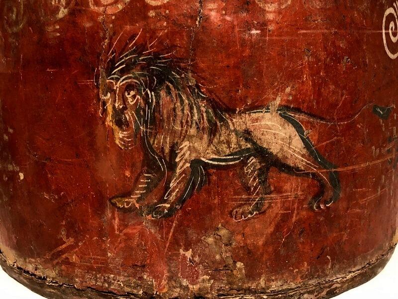 Нижняя часть прямоугольного щита с изображением льва. pinterest.com - Лики богов и эмблемы легионов | Warspot.ru
