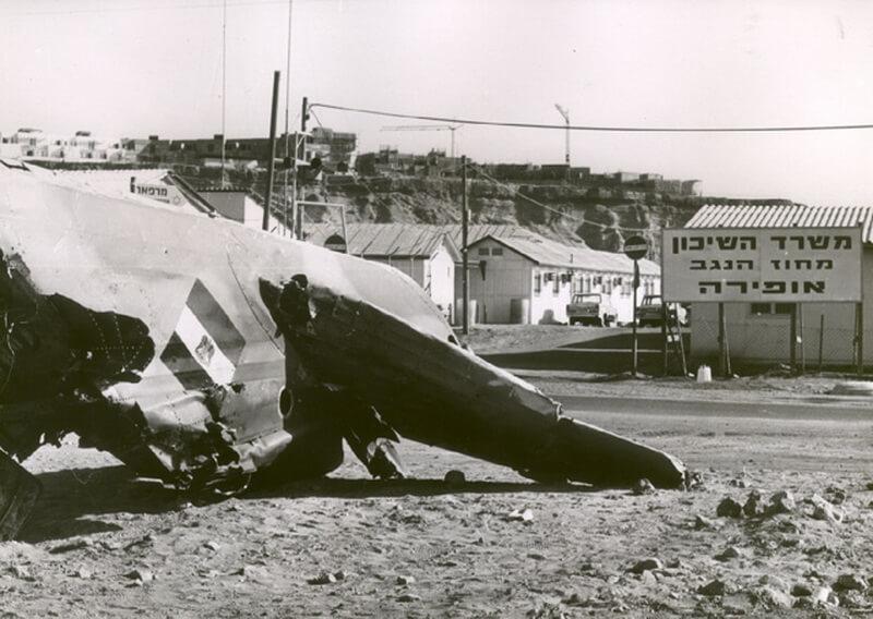 Сбитый египетский МиГ-17 на авиабазе Офира, 6 октября 1973 года. commons.wikimedia.org - Цифры Warspot: менее 6 минут  | Warspot.ru