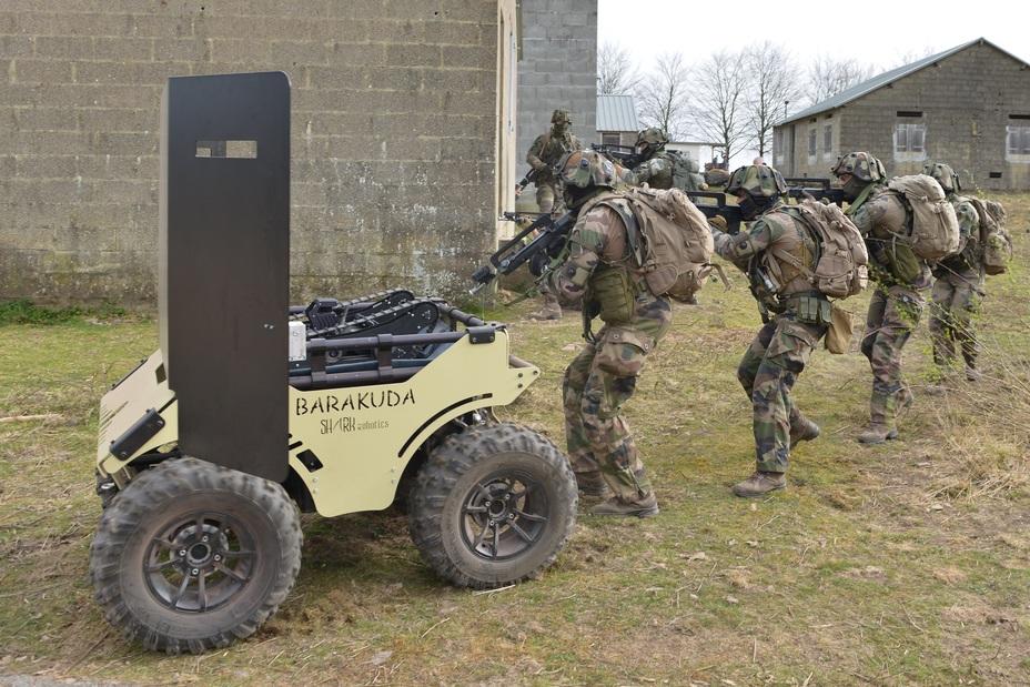 Робот Barakuda в качестве самоходного щита twitter.com/SaintCyrCoet - Французы учатся воевать в связке с роботами | Warspot.ru