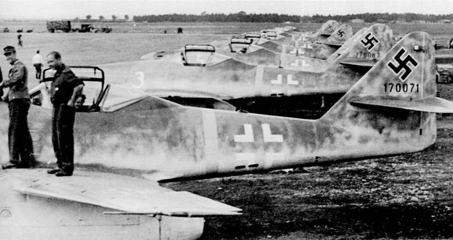 Линейка самолётов EKdo.262 в Лехфельде, август 1944 года. Ближайшие к камере №170071 («белый 2»), №170067 («белый 3») и №170045 («белый 5») - Цвета военного неба: убийцы свистящих монстров | Warspot.ru