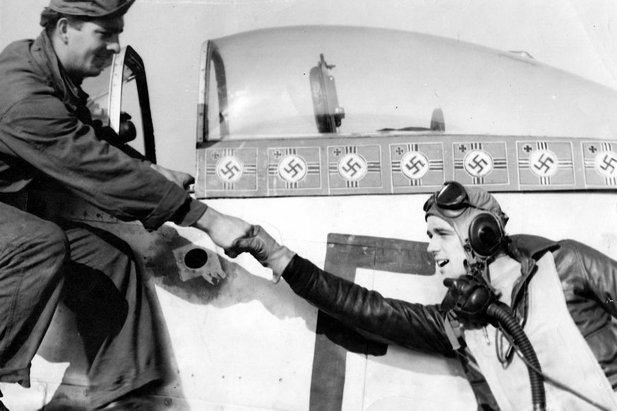 1-й лейтенант Эрбан Дрю (Urban L. Drew) из 375-й FS 361-й FG и его P-51D-10 44-14164 «E2-D», на котором 7 октября лётчик сумел сбить на взлёте с аэродрома Ахмер сразу два Me 262A-1a из 2./Kdo.Nowotny, доведя свой счёт до финальных 6 побед - Цвета военного неба: убийцы свистящих монстров | Warspot.ru