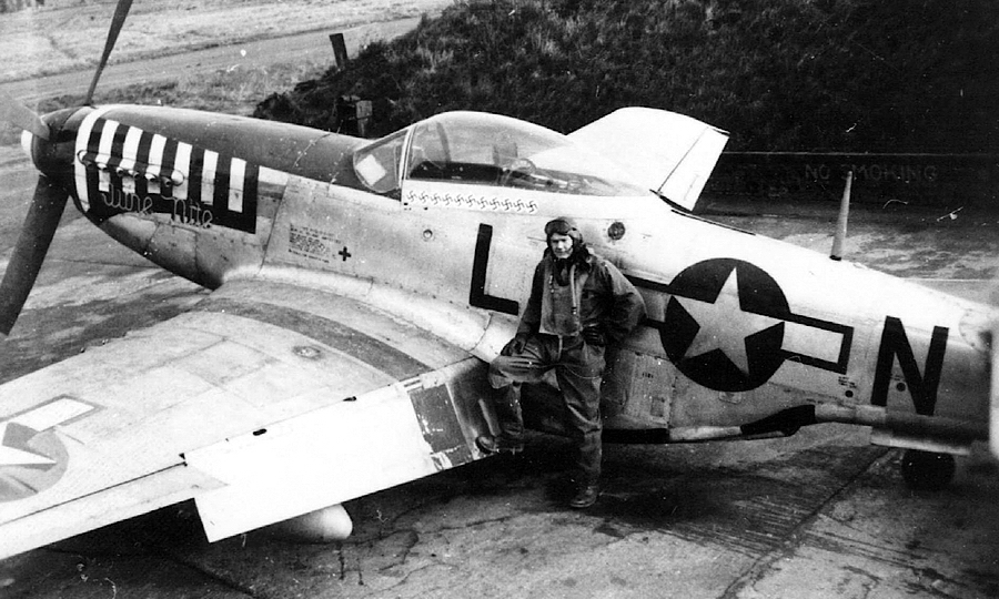1-й лейтенант Эрнест Фибелкорн (Ernest C. Fiebelkorn) из 77-й FS 20-й FG перед своим P-51D-5 44-11161 «LC-N», на котором 8 ноября 1944 года он одержал ½ победы над Me 262, доведя свой счёт до финальных 9 и став одним из трёх «соучастников убийства» майора Вальтера Новотны - Цвета военного неба: убийцы свистящих монстров | Warspot.ru