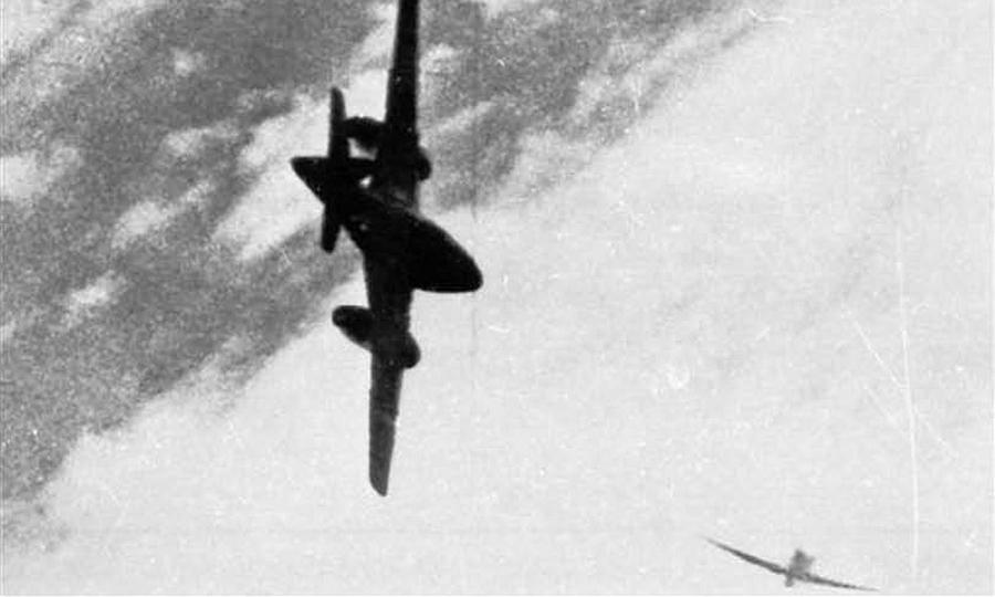 Me 262A-1a из 3./Kdo.Nowotny и P-47 из 56-й FG в объективе фотопулемёта «Мустанга» из 352-й группы. После того как обер-фенрих Вилли Банцхаф (Willi Banzhaf) внезапной атакой сбил одного из P-51, за ним погнались не меньше дюжины «эскортников» из 20-й, 56-й и 352-й FG и сообща «заклевали». Немецкий пилот спасся на парашюте, а победу над ним записали на двух американцев из шести претендовавших на «соучастие» - Цвета военного неба: убийцы свистящих монстров | Warspot.ru