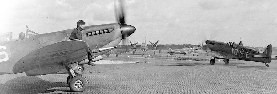 Утром 23 января во время вылета на «вооружённую разведку» лётчики 401-й эскадрильи RCAF сбили три застигнутых на посадке «Арадо» из III./KG 76. Одну из побед тогда одержал флаинг-офицер Дональд Черч (Donald F. Church), летевший на этом «Спитфайре» Mk.IX ML141 «YO-E», но фото относится к марту - Цвета военного неба: убийцы свистящих монстров | Warspot.ru
