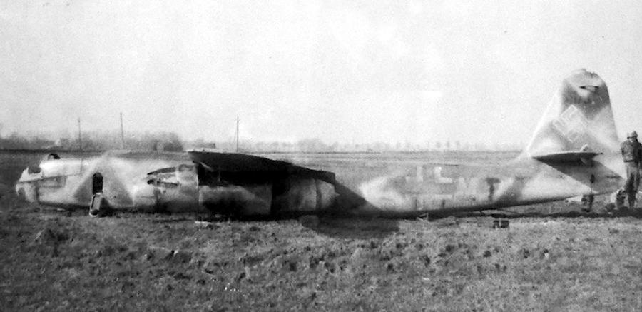 Ar 234B-2 №140173 «F1+MT», 22 февраля сбитый над фронтом 1-м лейтенантом Дэвидом Фоксом (David B. Fox) из 391-й FS 366-й FG на P-47D. Командир 9./KG 76 гауптман Йозеф Реглер (Josef Regler) сумел достаточно аккуратно «приткнуть» машину (повреждения 20%), но это оказалось скорее минусом, чем плюсом, потому что брошенный на месте посадки бомбардировщик союзники месяц спустя вывезли в Англию для изучения - Цвета военного неба: убийцы свистящих монстров | Warspot.ru