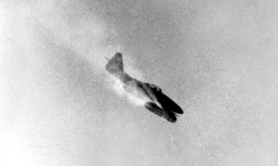 Атакующий Me 262, сфотографированный кем-то из экипажа бомбардировщика B-17 - Цвета военного неба: убийцы свистящих монстров | Warspot.ru
