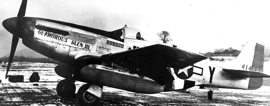P-51D-15 44-14888 «B6-Y» из состава 363-й FS 357-й FG, на котором капитан Чарлз Егер (Charles E. Yeager), будущий покоритель звукового барьера, во время эскортной миссии 6 ноября 1944 года сначала провёл две неудачные атаки идущих на полной скорости «реактивов», а потом «засел в засаде» у аэродрома Ахмер и после недолгого ожидания расстрелял заходивший на посадку Me 262A-1a лейтенанта Герберта Шпангенберга (Herbert Spangenberg) из 1./Kdo.Nowotny. Немецкий пилот получил ранение, а американский — 7-ю личную победу из 11½ за войну - Цвета военного неба: убийцы свистящих монстров | Warspot.ru