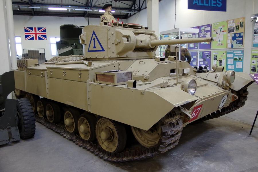«Валентайн» в пустынном обличье, коллекция танкового музея в Сомюре. На машину установлены противопесочные экраны и стеллаж для канистр с водой - «Валентайн», британский принц пустыни | Warspot.ru