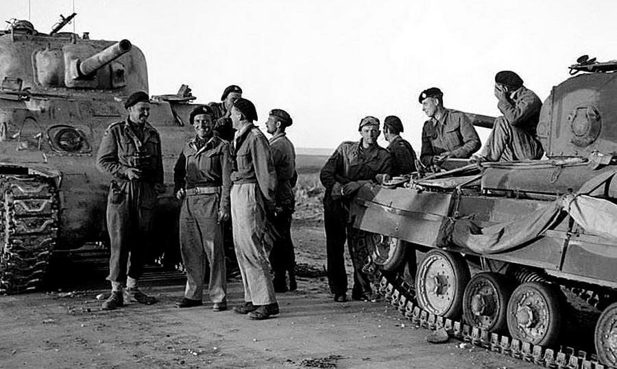 Беседа экипажей «Валентайна» и «Шермана», Тунис, 1943 год. К этому времени бронирование и вооружение «Валентайна» уже не соответствовали требованиям, но с фронта танк уходить не собирался - «Валентайн», британский принц пустыни | Warspot.ru