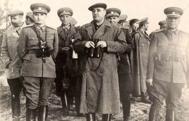 Высшее руководство социалистической Румынии в начале 50-х годов: председатель Центрального комитета партии Георге Георгиу-Деж (в центре), министр обороны Эмиль Боднэраш (справа) и генерал-майор Николае Чаушеску (слева) на армейском учении