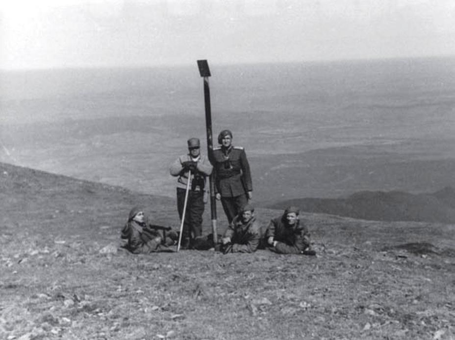 Министр обороны Эмиль Боднэраш (стоит слева) во время оперативной поездки по горным районам Румынии, 1954 год
