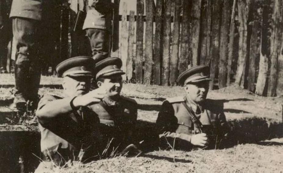Министр обороны Эмиль Боднэраш (слева), начальник главпура Николае Чаушеску (в центре) и начальник Генштаба Леонтин Сэлэжан (справа) на учении РНА