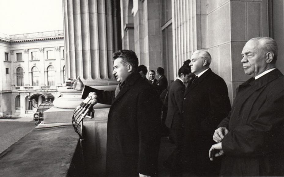 Председатель ЦК Румынской коммунистической партии Николае Чаушеску на митинге в Бухаресте. Справа на переднем плане — неизменный «серый кардинал» ЦК Эмиль Боднэраш, 1970 год