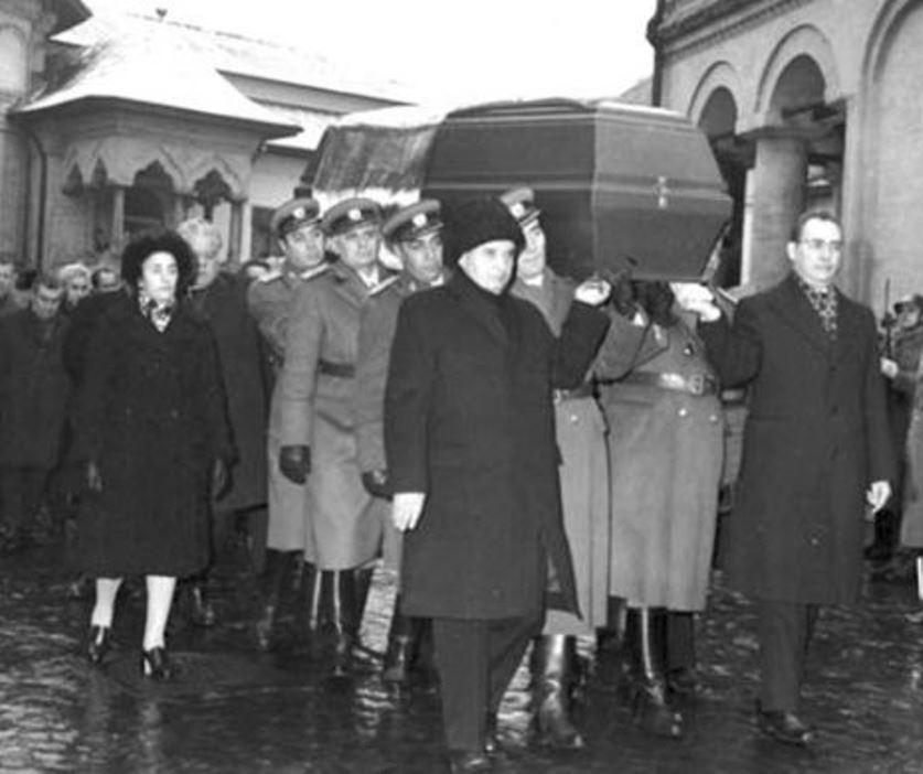 Президент Румынии Николае Чаушеску и его жена Елена на похоронах Эмиля Боднэраша, 1976 год