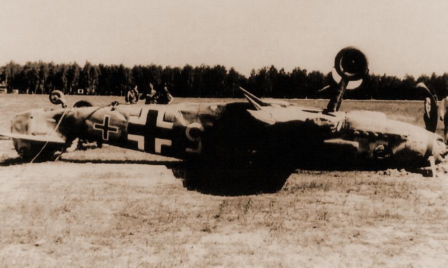 Истребитель «Мессершмитт» Bf 109F-2 из отряда 10./JG 51, лето 1941 года. Самолёт с тактическим номером «Белый 5», повреждённый на аэродроме Пружаны 24 июня, мог принадлежать Хайнцу Геркену. Небольшой чёрный крест - редкое раннее обозначение IV группы для истребительных эскадр люфтваффе, вскоре заменённое волнистой линией - «Солдатам не положено думать, за них думает фюрер…» | Warspot.ru