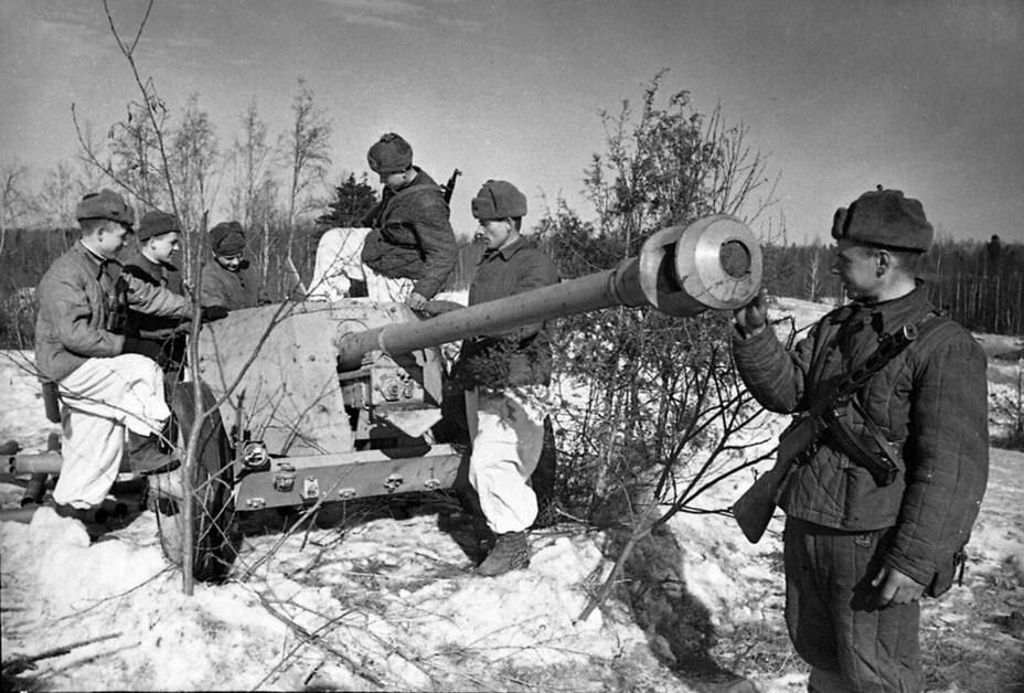 Советские бойцы рассматривают немецкую противотанковую пушку, доставленную разведчиками. 1944 год. Автор снимка В.П. Гребнев. В марте 1942 года РГ 976-го сп также захватила противотанковое орудие, но, вероятно, в том случае трофеем разведчиков стала немецкая 3,7 cm Pak. twitter.com - Подвиг как результат разгильдяйства | Warspot.ru