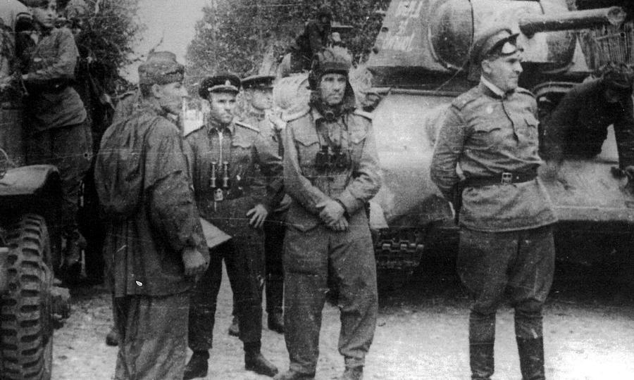 Командир 3-го гвардейского механизированного корпуса Герой Советского Союза гвардии генерал-лейтенант В.Т. Обухов (2-й справа) и командир 35-й гвардейской танковой бригады Герой Советского Союза гвардии генерал-майор А.А. Асланов (3-й справа) - Танковая битва за балтийскую воду | Warspot.ru