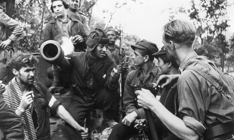 Литовские партизаны общаются с экипажем советского танка «Валентайн» - Танковая битва за балтийскую воду | Warspot.ru