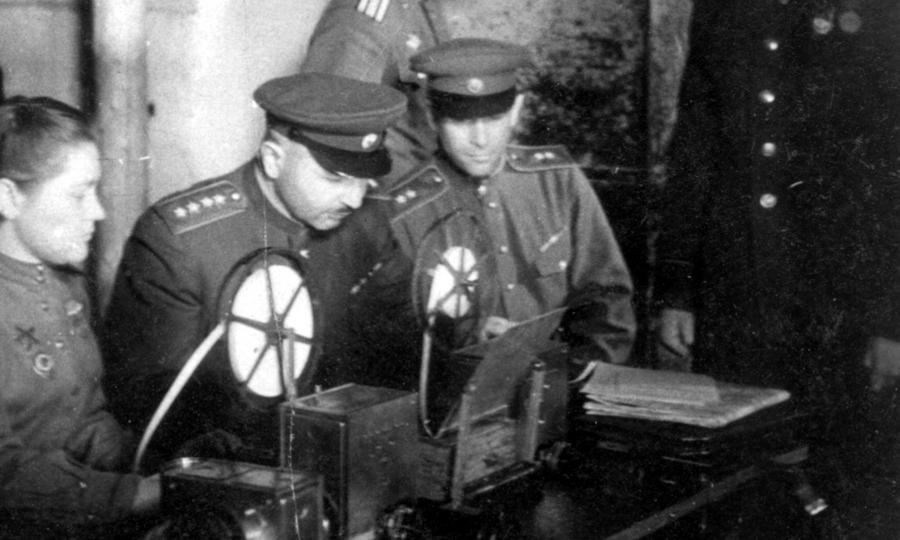 Командующий 1-м Прибалтийским фронтом генерал армии И.Х. Баграмян в штабе фронта у телетайпа - Танковая битва за балтийскую воду | Warspot.ru