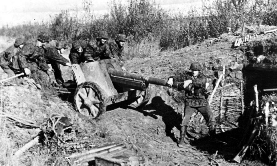 Немецкие солдаты выкатывают 75-мм противотанковую пушку 7,5 cm PaK 97/38 на позицию. Литва, 1944 год - Танковая битва за балтийскую воду | Warspot.ru