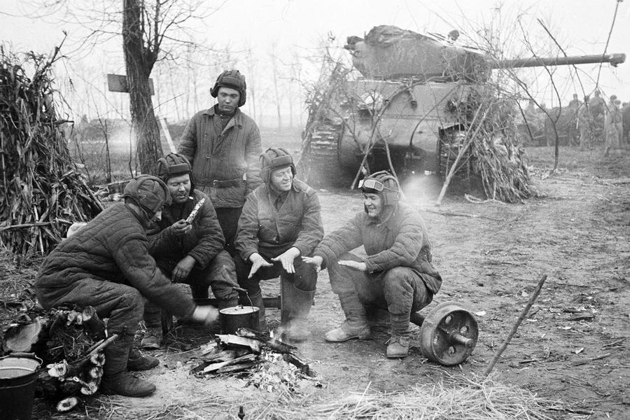 Танкисты 1-го Прибалтийского фронта отдыхают у костра возле замаскированного ветками «Шермана» - Танковая битва за балтийскую воду | Warspot.ru