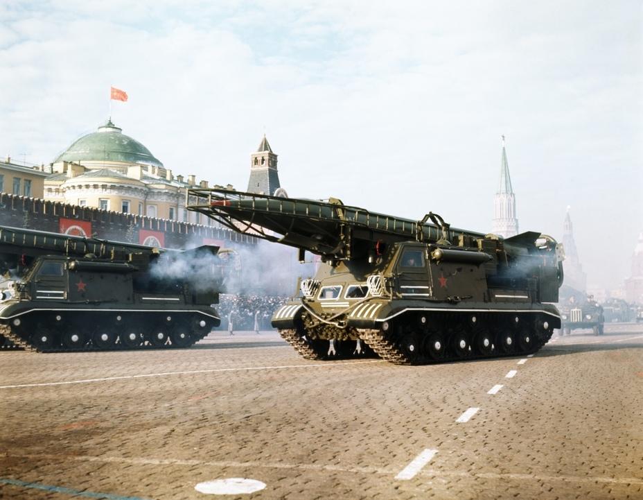 Самоходная пусковая установка 8У218 ракеты Р-11М (8К11) на параде в Москве militaryrussia.ru - Гроза над океаном   Warspot.ru