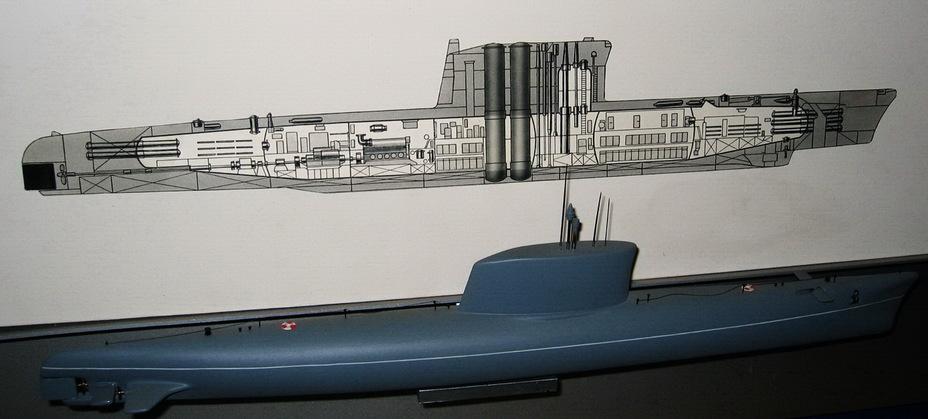 Модель и схема подводной лодки Б-67 после дооборудования ракетными шахтами в рамках проекта В611. Фотоснимок сделал А.В. Карпенко в 2004 году nevskii-bastion.ru - Гроза над океаном   Warspot.ru