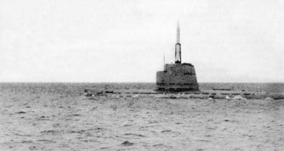 Подводная лодка Б-67 на позиции ракетной стрельбы; 1955 год. Фотоснимок из архива А. Николаева deepstorm.ru - Гроза над океаном   Warspot.ru