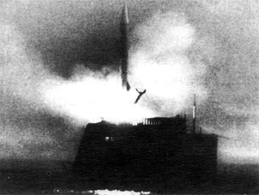 Пуск баллистической ракеты Р-11ФМ с подводной лодки Б-67 в Белом море; 16 сентября 1955 года militaryrussia.ru - Гроза над океаном   Warspot.ru