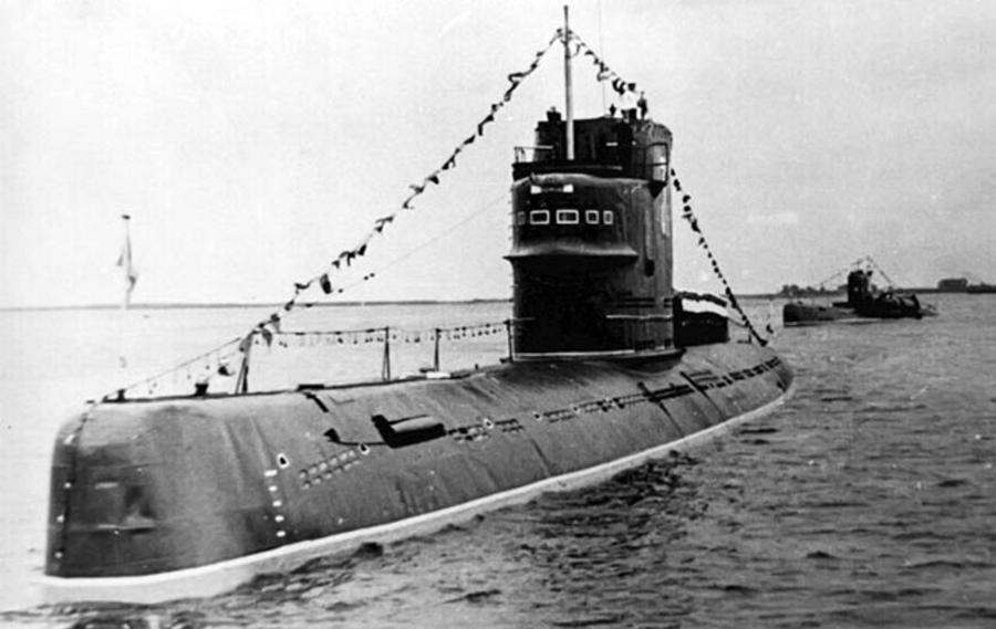 Подводная лодка Б-67 в парадном строю на Северной Двине в городе Архангельск; июль 1966 года. Фотоснимок из архива О. Волкова deepstorm.ru - Гроза над океаном   Warspot.ru