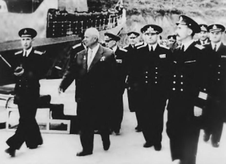 Глава государства Н.С. Хрущёв в сопровождении адмиралов в бухте Конюшкова; 6 октября 1959 года. Архивный фотоснимок из журнала «Наука и жизнь» (1999, №12) - Гроза над океаном   Warspot.ru